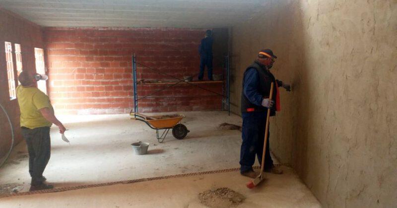 El Ayuntamiento de Fresno el Viejo comienza las obras de mejora del Barrio de La Estación y retoma las del edificio parroquial